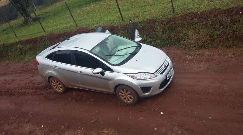 Assaltantes abandonaram o carro usado em roubo da  Crehnor com dinheiro e equipamentos
