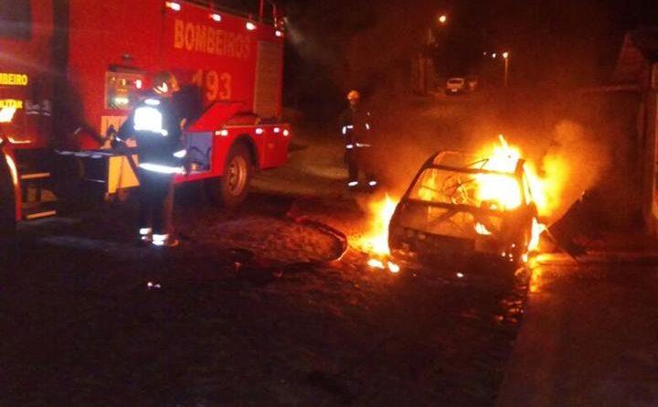 Ameaça companheira poem fogo em automóvel e acaba preso