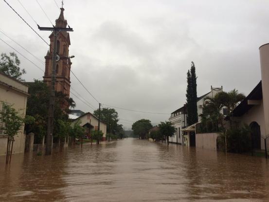 Rio transborda e alaga 60% da cidade de São Sebastião do Caí