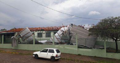 Ventania destelha residências e bloqueia trânsito no Norte do Rio Grande do Sul