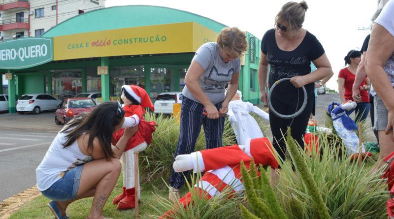 Voluntários reformam decoração natalina