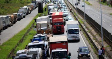 Caminhoneiros fazem paralisação em rodovias do Rio e de SP após decisão do STF sobre frete