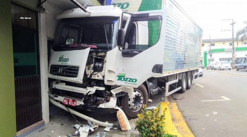 Motorista sofre mal súbito e perde controle de veículo que colide em prédio em Panambi