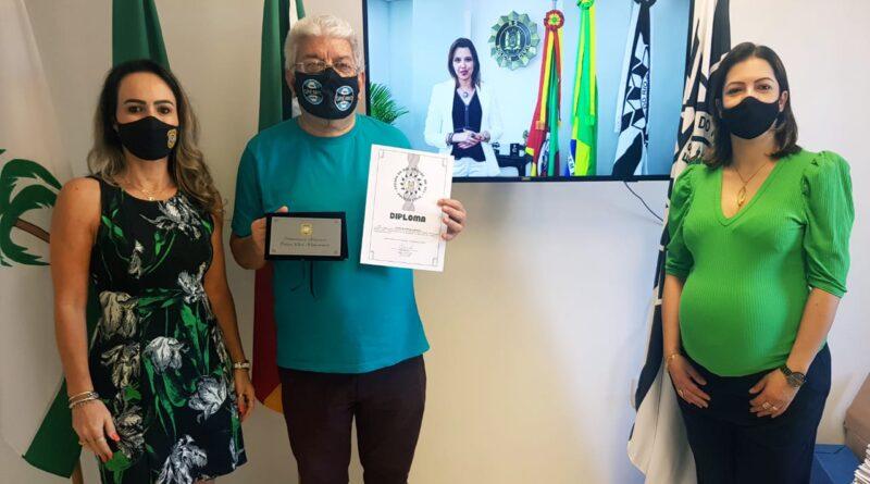 Palmeirense recebe 'Diploma Amigo da Polícia'